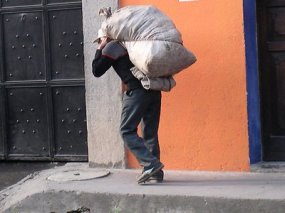 http://bennydesrinaldi.files.wordpress.com/2009/07/guatemalan-man-carrying-bag.jpg?w=285&h=216